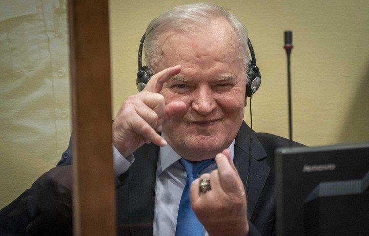 """El ex general serbobosnio Ratko Mladic, el """"carmicero de Bosnia"""", condenado en primera instancia a cadena perpetua por el genocidio de Srebrenica y otros crímenes de guerra. Foto EFE."""