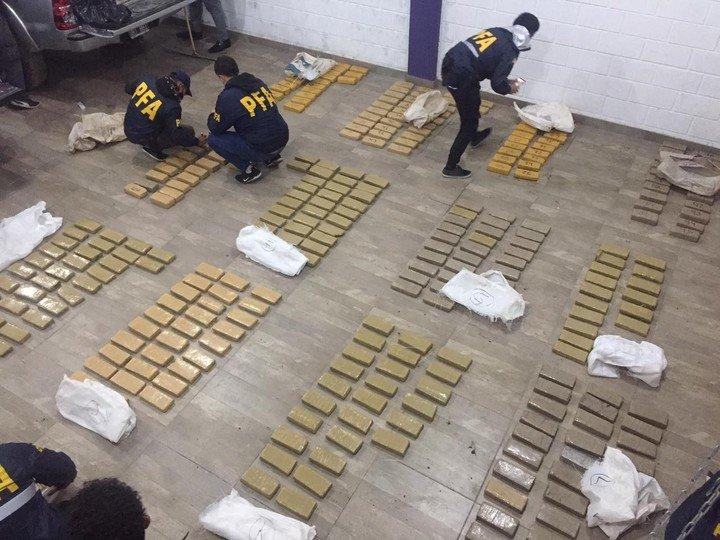 """O """"Operación del Tarot"""", en Puerto Madryn, para desmantelar una banda de narcotraficantes."""