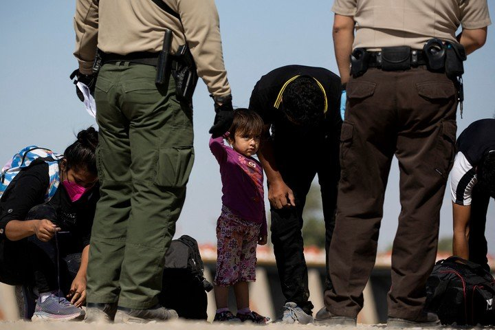 Migrantes guatemaltecos bloqueados por fuerzas estadounidenses en la frontera entre México y Yuma, Arizona, el mes pasado.  Foto: AFP