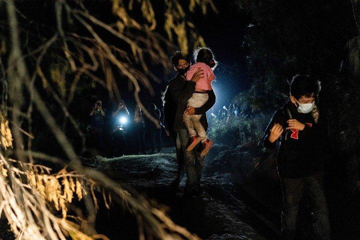 Familias centroamericanas intentan ingresar a Estados Unidos desde México, luego de cruzar el Río Grande, cerca de la localidad de Roma, Texas.  Foto: REUTERS
