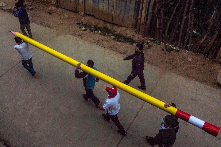Un lápiz, símbolo de la campaña de Pedro Castillo en Perú.  Foto: AFP