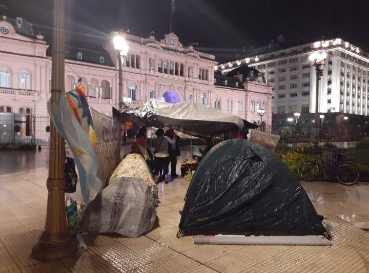 Al día de hoy, 10 de junio, las carpas todavía están colocadas frente a la Casa Rosada.  Díaz dice que aún no han sido recibidos por ninguna autoridad.