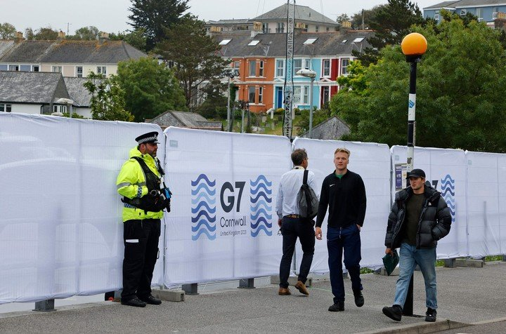 Agentes de policía y periodistas fuera del centro de prensa en Falmouth, Cornwall, Gran Bretaña, un día antes del inicio de la cumbre del G7.  Foto: AFP