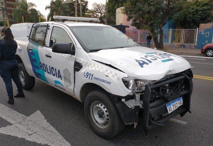 El vehículo iba a alta velocidad y golpeó al motociclista.