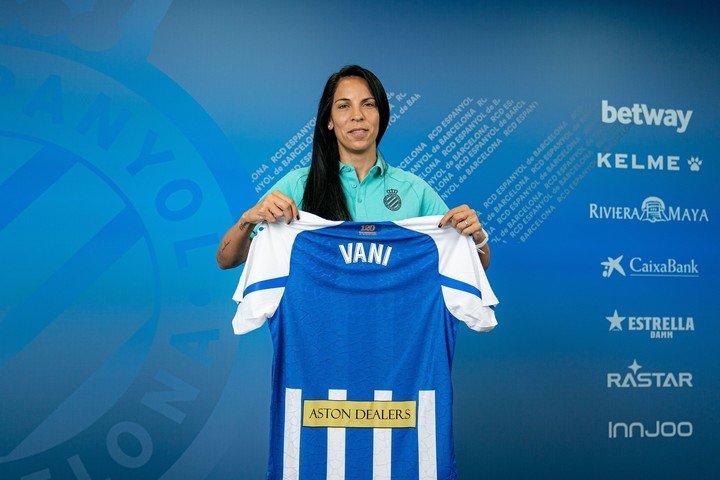 Vanina Correa con la camiseta del Espanyol.  Foto cortesía de Espanyol Press