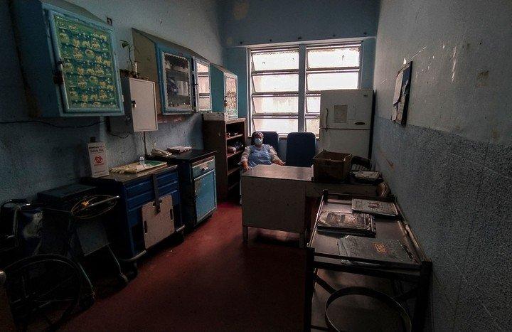 Una enfermera en una de las oficinas del hospital.  Foto AFP