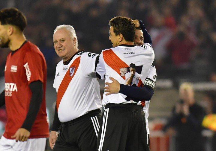 Alonso y Gallardo en la despedida de Mora.  Foto: MARCELO CARROLL.