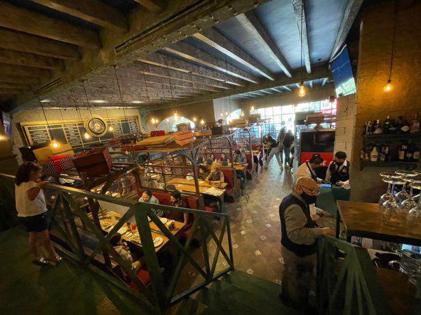 Cerca de 12 locomotoras pasan por el restaurante con sus más de 30 vagones.