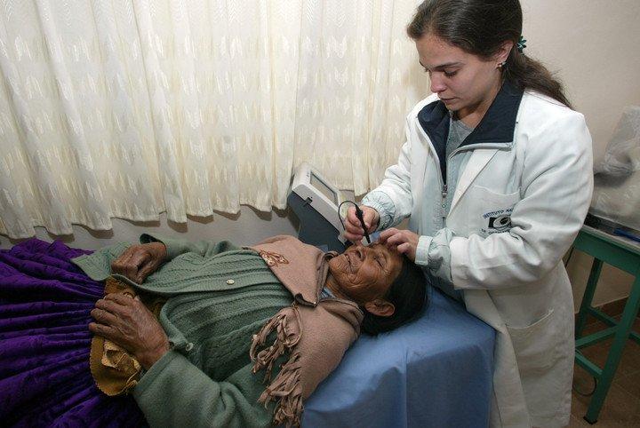 Un médico cubano en Bolivia, en una imagen de 2006. Foto: AFP