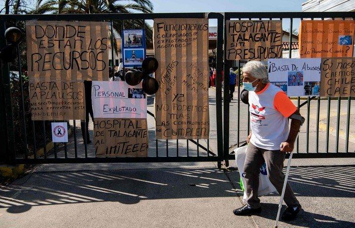 Carteles de protesta por la falta de recursos en un hospital de Talagante, en Chile, semanas atrás.  Foto: AFP