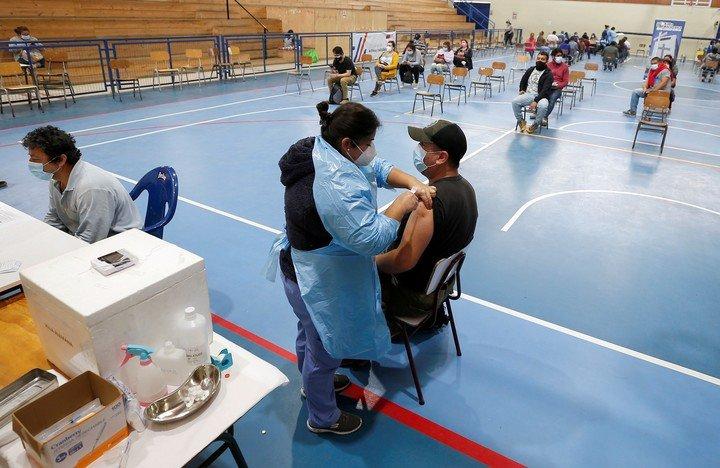 Un centro de vacunación en Santiago de Chile.  A pesar de un alto porcentaje de personas vacunadas, el coronavirus no se rinde.  Foto: REUTERS