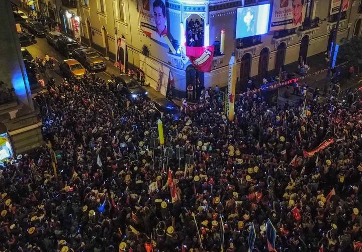 Seguidores de Pedro Castillo, frente a la sede de su partido Perú Libre, este jueves, en Lima, Perú.  Foto: EFE