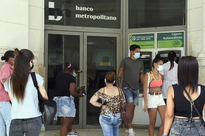 Muchos cubanos se despertaron desconcertados por el anuncio sobre los depósitos en dólares.  Foto: XINHUA