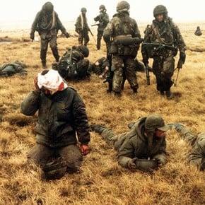 La dramática historia del soldado argentino de una foto emblema de la guerra de Malvinas