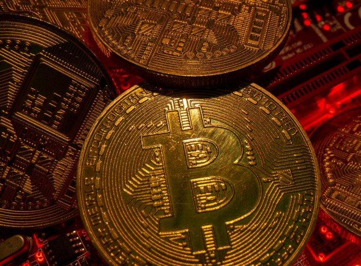 La ofensiva china contra la minería y los controvertidos tweets de Elon Musk hicieron estallar el precio de Bitcoin.  Foto: REUTERS.