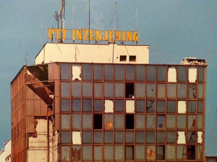 Sarajevo, septiembre 1992. El edificio PTT, cuartel general de Naciones Unidas. Era el lugar de trabajo y alojamiento de 300 oficiales, suboficiales y soldados de 21 países que integraban la misión UNPROFOR (United Nations Proteccion Force).  Foto gentileza brigadier (R) Jorge Reta