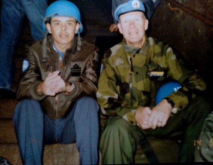 Ilidza, a unos 12 Km de Sarajevo. 12 de abril de 1992, los efectivos de la ONU que se alojaban en el  Hotel Stojevac, deben guarecerse del ataque serbiobosnio en un refugio antiatómico bajo tierra que había sido construido para el mariscal Tito en la Guerra Fría. A la izquierda, el entonces mayor Jorge Reta. Foto gentileza brigadier (R) Jorge Reta