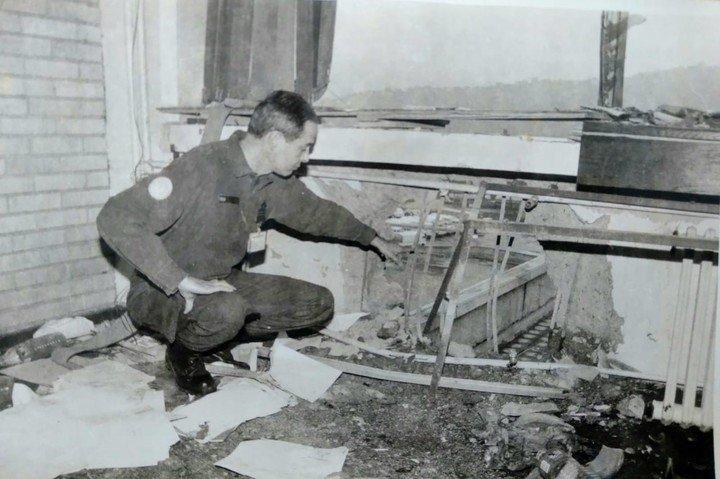 Sarajevo, Bosnia, agosto 1992. El mayor de la Fuerza Aérea Argentina Jorge Mario Reta observa los daños por un bombardeo serbiobosnio al edificio PTT, cuartel general de Naciones Unidas (UNPROFOR).