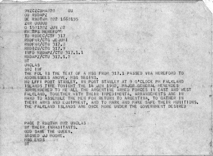 El mensaje del comandante Jeremy Moore a Londres, dando cuenta de la rendición argentina, los arreglos para devolver las tropas argentinas al continente y que nuevamente las Islas están bajo mando del gobierno británico.