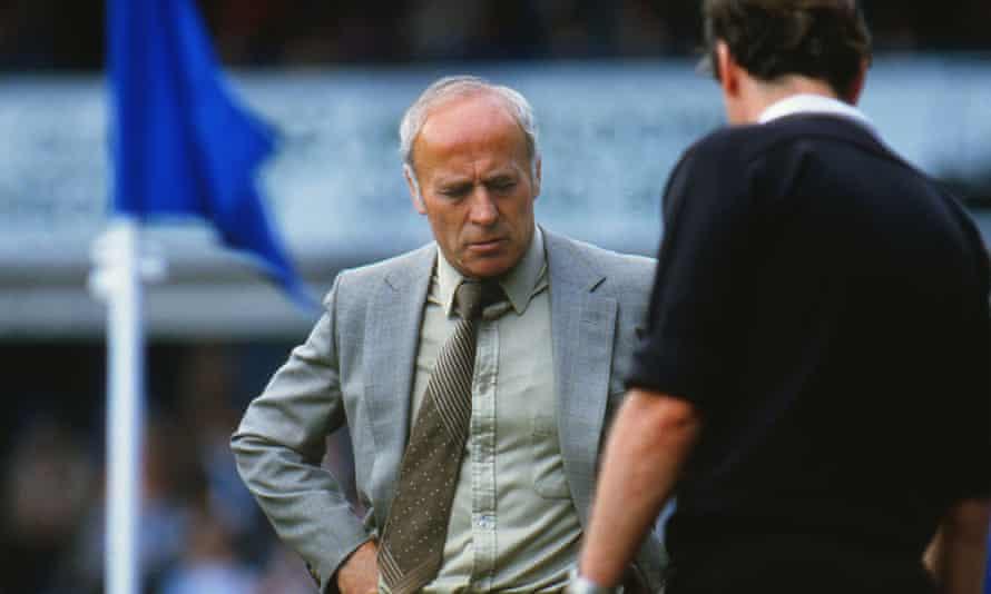 Ron Saunders cuestiona al árbitro durante el partido de Birmingham contra West Ham 1985.