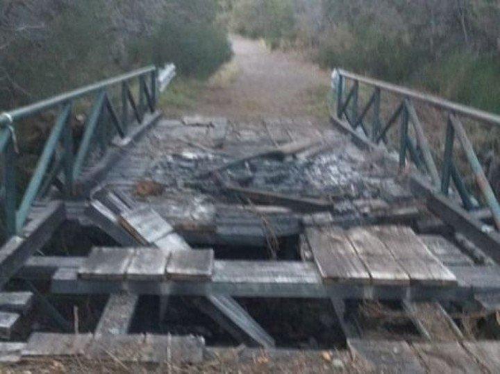 El puente quemado.  Los encapuchados se identifican como mapuches Foto Info Chucao