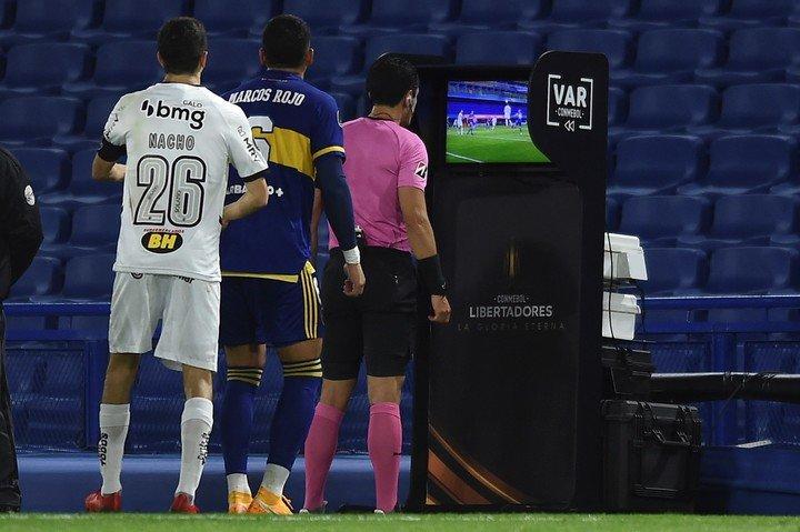 Nacho siguió de cerca al árbitro.  Foto: AP.