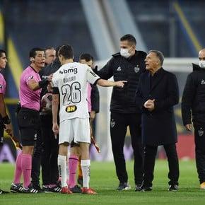 ¡Nacho Fernández apresuró al árbitro en el monitor del VAR!
