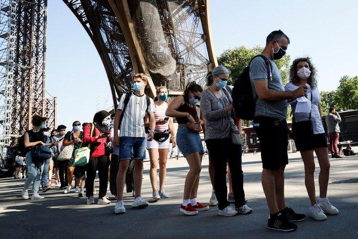 Turistas en la Torre Eiffel, este jueves.  La variante Delta del coronavirus amenaza el verano en Francia.  Foto: AFP