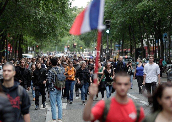 Protestas en París, este miércoles, contra la decisión de solicitar un pasaporte sanitario obligatorio.  Foto: AFP