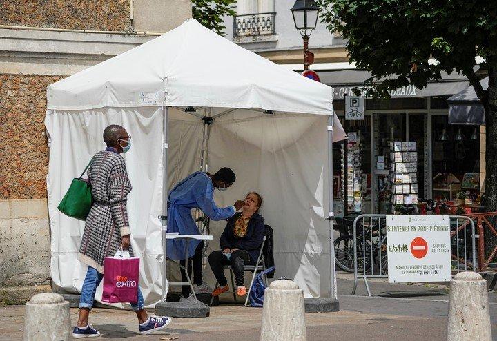 Un banco de pruebas de coronavirus en un barrio de París, este jueves.  Foto: AP