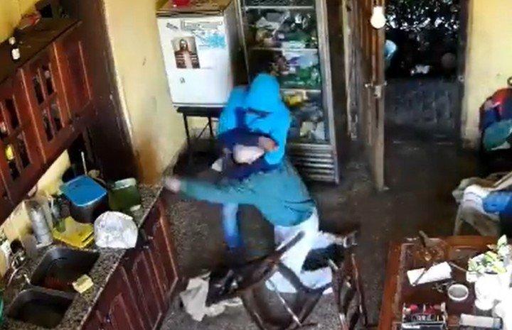 El criminal lo amenazó con un cuchillo.  captura de fotos