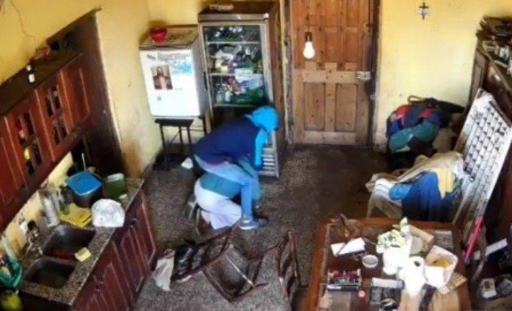 El jubilado indefenso y a merced del ladrón.  captura de fotos