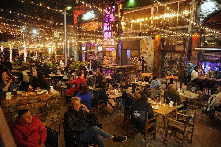 Los bares de Serrano, en Palermo, un clásico de las reuniones del Día del Amigo.  Foto Juano Tesone