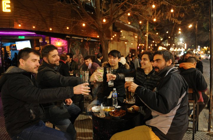 En la Ciudad se permite un máximo de 8 personas por mesa en el exterior y 4 en el interior.  Foto Juano Tesone
