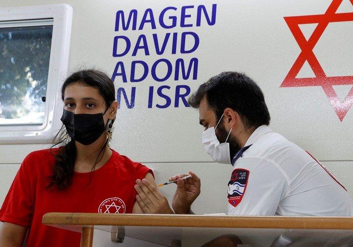 Una adolescente recibe la vacuna Pfizer en Israel.  Foto AFP