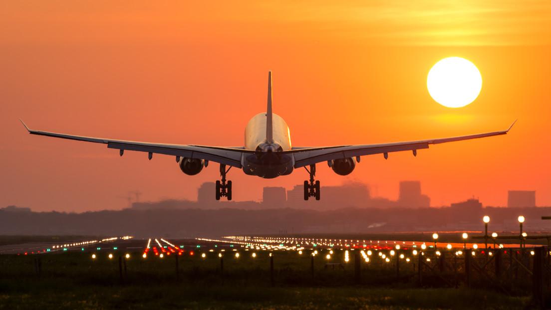 ¿Por qué se atenúan las luces al aterrizar?  El piloto más experimentado explica algunas prácticas intrigantes.