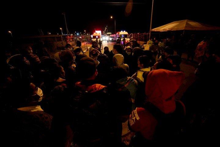 Familiares de los presos a la espera de información frente al penal de Latacunga.  Foto José Jácome / EFE
