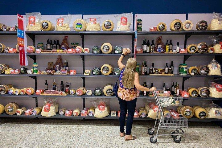 Una mujer observa un estante con productos importados en un supermercado de Caracas (Venezuela).  Foto EFE