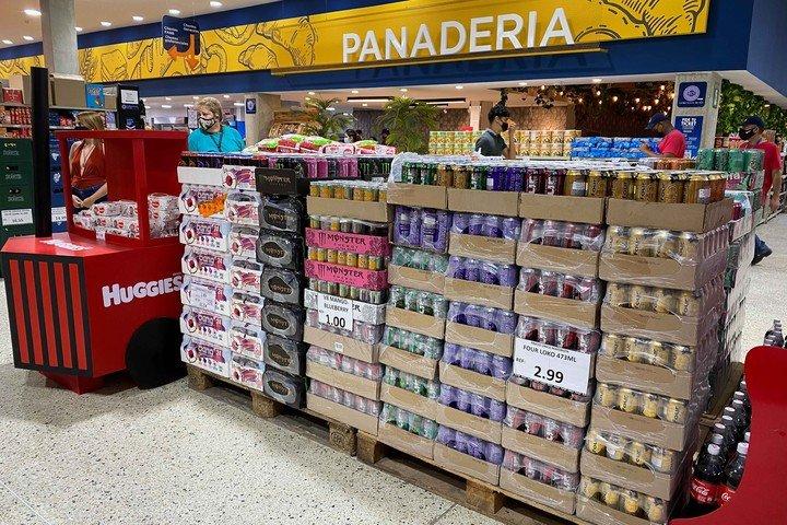 Vista general de una estantería con productos importados en un supermercado.  Foto EFE