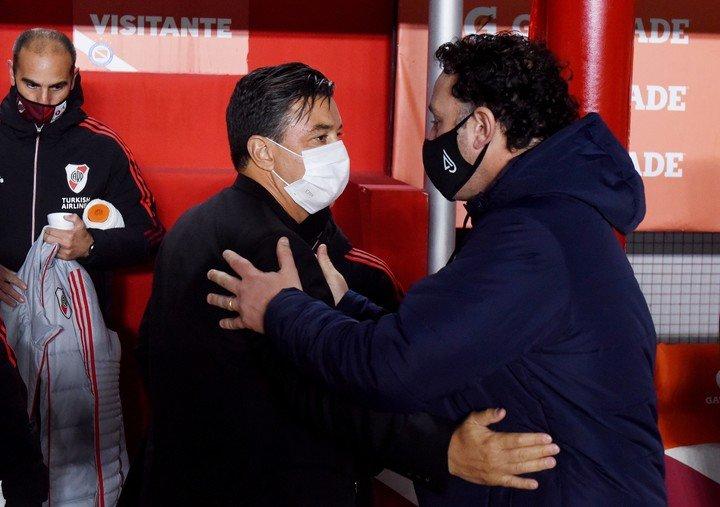 Gallardo saluda a Milito (REUTER).