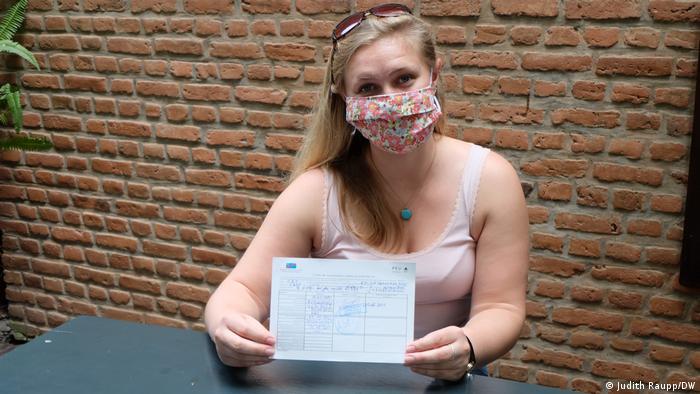 República Democrática del Congo Goma |  La trabajadora de desarrollo Emma Camp con su certificado de vacunación