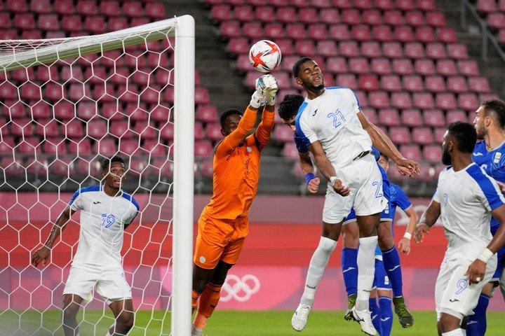 El zaguero hondureño desvió el balón 0-1 (foto AP)