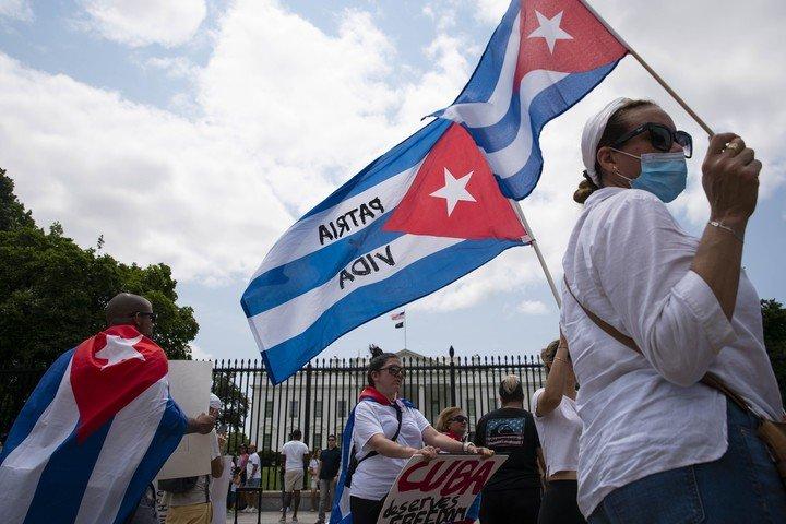 Cubanos residentes en Estados Unidos protestan frente a la Casa Blanca, para exigir medidas contra el gobierno de La Habana.  Foto: The New York Times