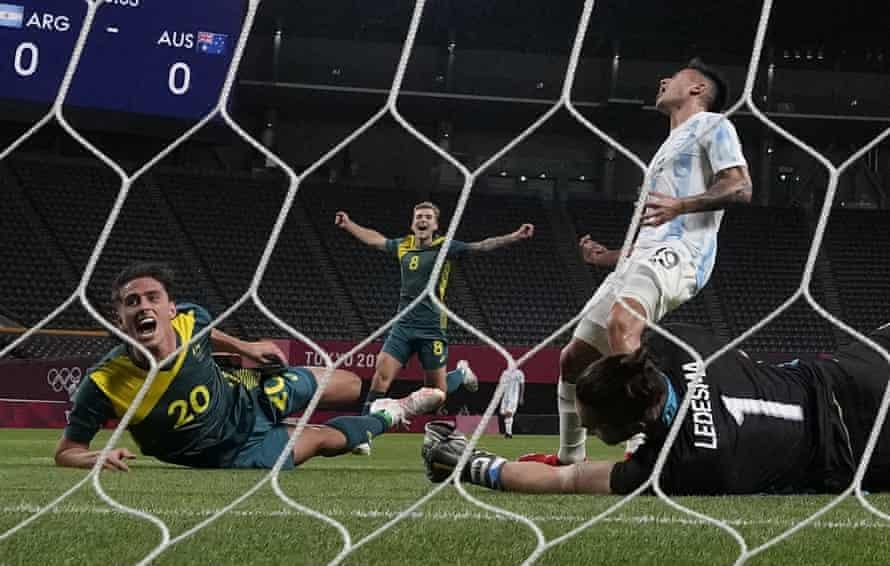 Lachlan Wales celebra el gol del primer gol de su equipo.