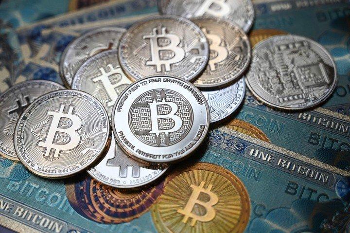 Tras alcanzar un precio récord, Bitcoin no dejó de caer desde mediados de abril.  Foto: AFP.