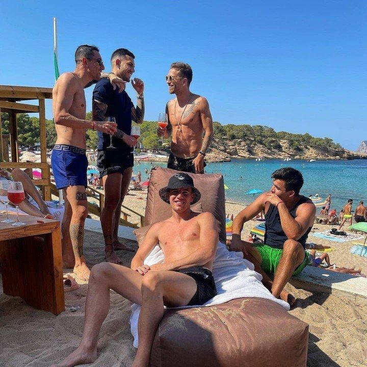 Lo Celso, Di María, Paredes, Acuña y Papu Gómez se divierten en la playa (@papugomez_official)