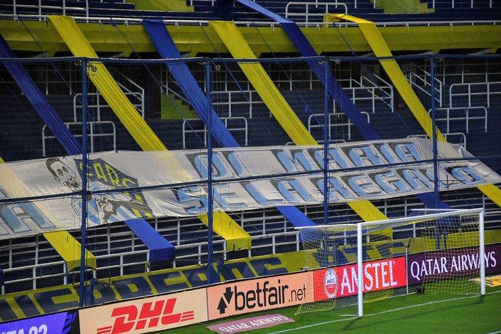 Previamente, colgaron una bandera agradeciendo a Di María por ganar la Copa América.  (Foto: Juan José García - FTP CLARIN)