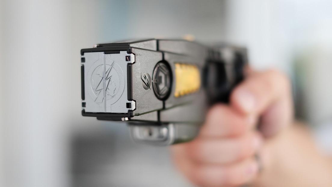 VIDEO: Un oficial de policía dispara un arma de electrochoque a un adolescente migrante en un refugio en Estados Unidos.