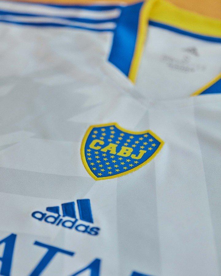 El escudo vuelve a la mitad del cofre.  A continuación se muestra el logotipo de adidas.