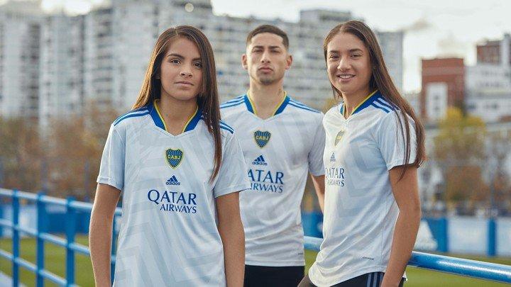 Eugenia Flores, Alan Varela y Estefanía Palomar posan con la nueva camiseta alternativa de Boca.